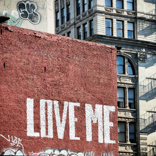 Love me, Backstein! New York City Manhattan USA Haus Mauer Wand Fassade Stein Zeichen Schriftzeichen Graffiti Liebe Stadt braun Beginn Partnerschaft Einsamkeit