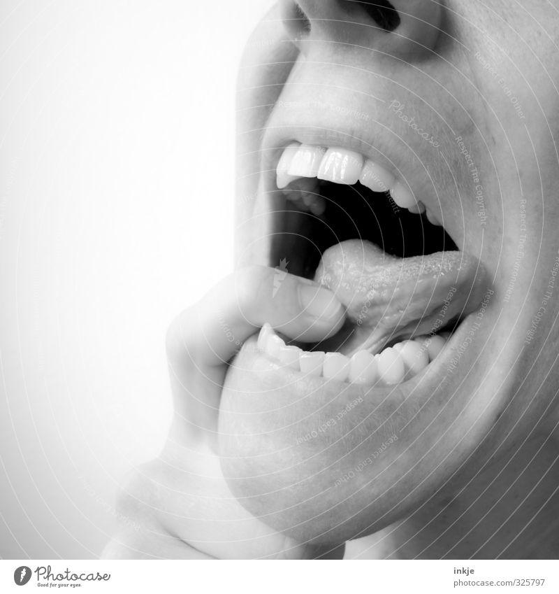 Karamellbonbons bitte hier einwerfen! Ernährung Appetit & Hunger Zahnarzt Patient Gesundheitswesen Frau Erwachsene Leben Mund Zähne Finger Zunge