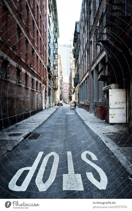 Next Stop: New York Stadt Haus Straße Architektur Wand Wege & Pfade Gebäude Mauer Stein braun Fassade grau Verkehr Schriftzeichen Schilder & Markierungen USA