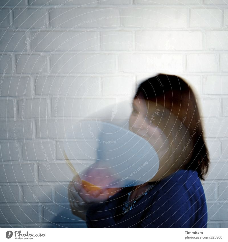 schwungvoll | na klar! Haare & Frisuren Mensch feminin 1 Bekleidung Backstein Bewegung Fröhlichkeit blau weiß Schlägersport schlagen Wand Beachball Farbfoto
