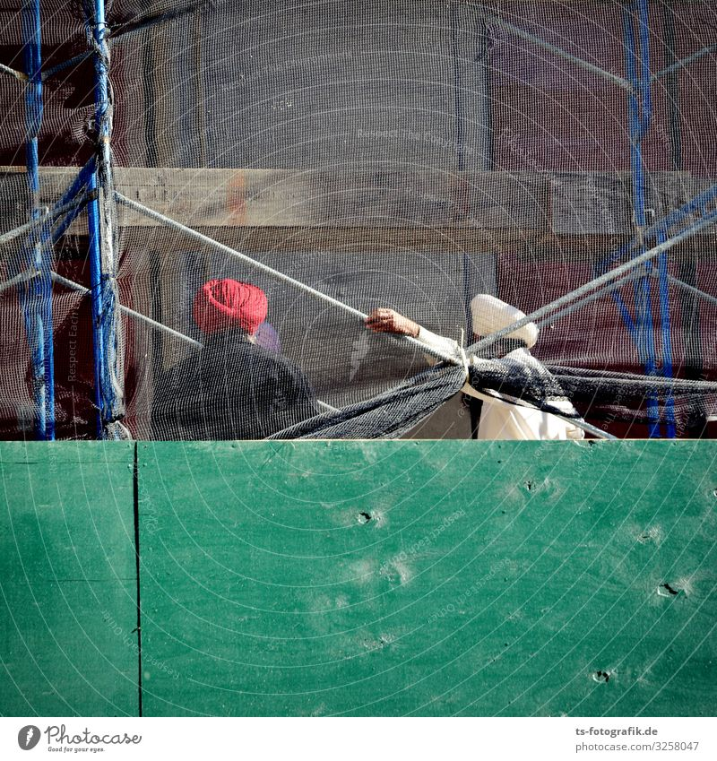 (T)Urban Art Handwerker Bauarbeiter Arbeitsplatz Baustelle Baugerüst Mensch Mann Erwachsene 2 Kultur Haus Bauwerk Gebäude Mauer Wand Bekleidung