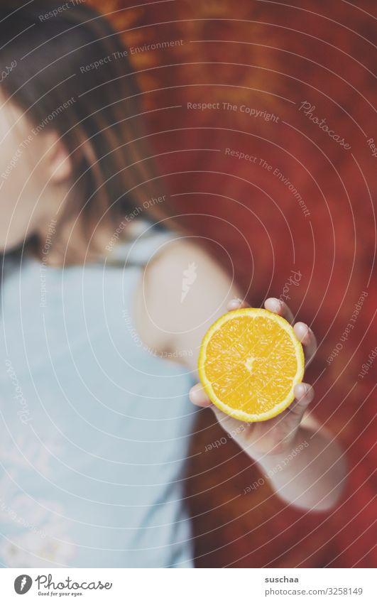 vitamin c (2) Kind Gesunde Ernährung Hand Mädchen Spielen außergewöhnlich Frucht Orange verrückt rund festhalten Vitamin Saft kindlich Vitamin C Orangensaft