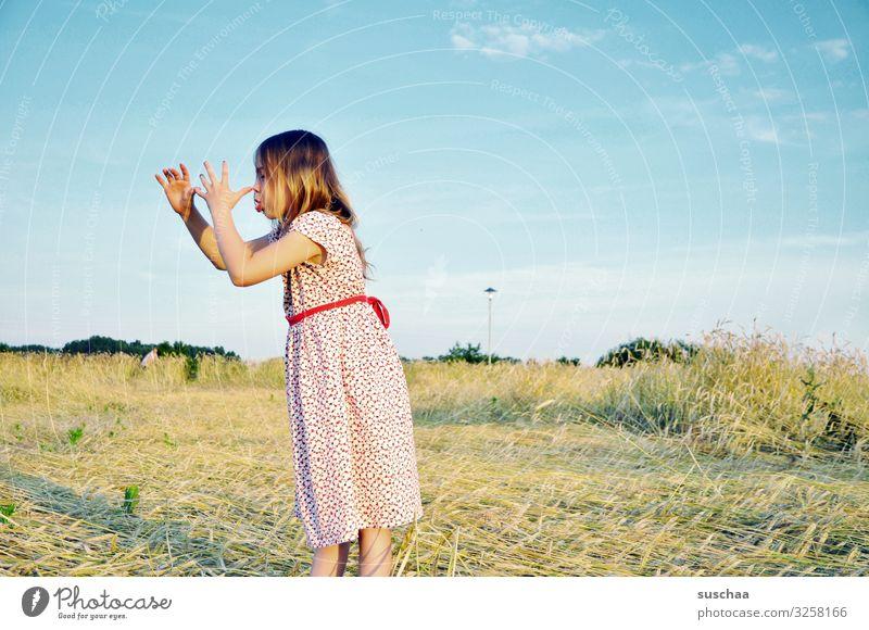lange nase machen Kind Mädchen Kleid Getreidefeld Kornfeld Sommer Strohfeld Außenaufnahme Wärme seitliche Ansicht Hand lange Nase machen gestikulieren frech