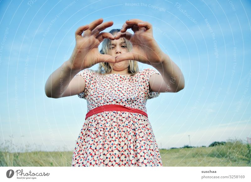 herzliche grüße (1) Kind Mädchen Hand Finger Gruß Herz herzliche Grüße Liebesgruß gestikulieren herzförmig Zwinkern Zuneigung Freundschaft Kommunikation