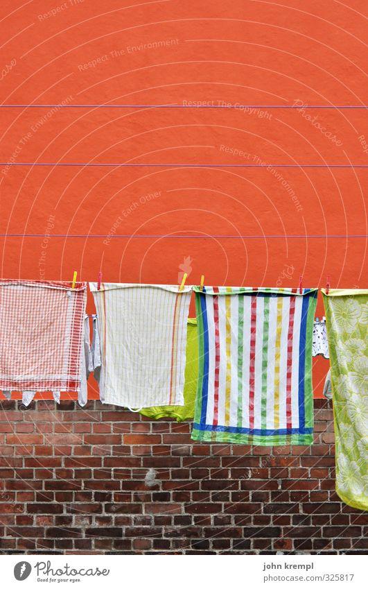 Das bißchen Haushalt Mauer Wand Handtuch Küchenhandtücher Wäscheleine Backstein Stein hängen Duft Sauberkeit orange Lebensfreude Begeisterung Geborgenheit Treue