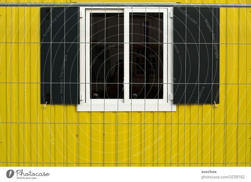 mittagspause (2) Fenster gelb Arbeit & Erwerbstätigkeit Aussicht Baustelle Zaun Barriere Arbeitsplatz Fensterblick Bauarbeiter Container Blech Foyer