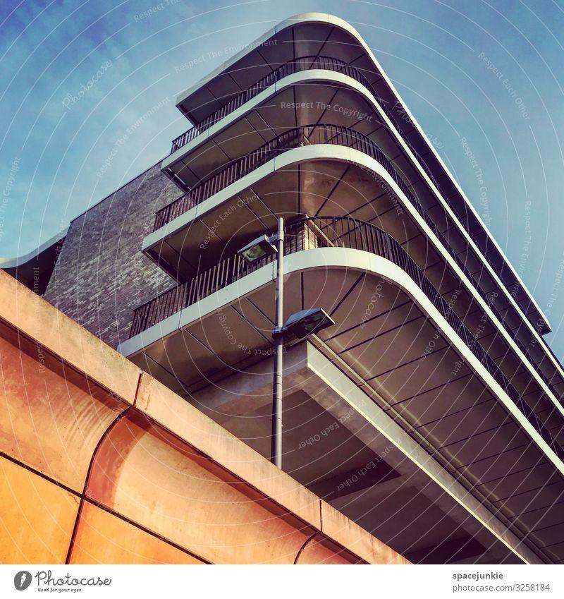 Architecture Haus Hochhaus Bauwerk Gebäude Architektur Mauer Wand Fassade Balkon Fenster Dach Linie Streifen elegant Erfolg trendy einzigartig kalt blau gelb