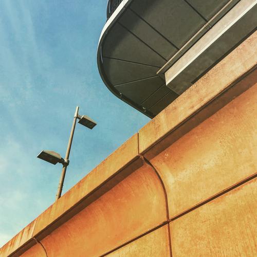 Architecture (2) Haus Hochhaus Mauer Wand Fassade außergewöhnlich einzigartig blau braun rot schwarz Kapitalwirtschaft Fortschritt Zufriedenheit Ordnung Zukunft