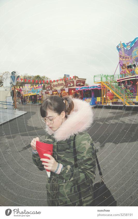 tüte pommes Jahrmarkt Schaubuden laut mehrfarbig verrückt grau trüb Freude kein Spaß Unlust Gegenteil Tod Menschenleer trist Jugendliche Junge Frau Teenager