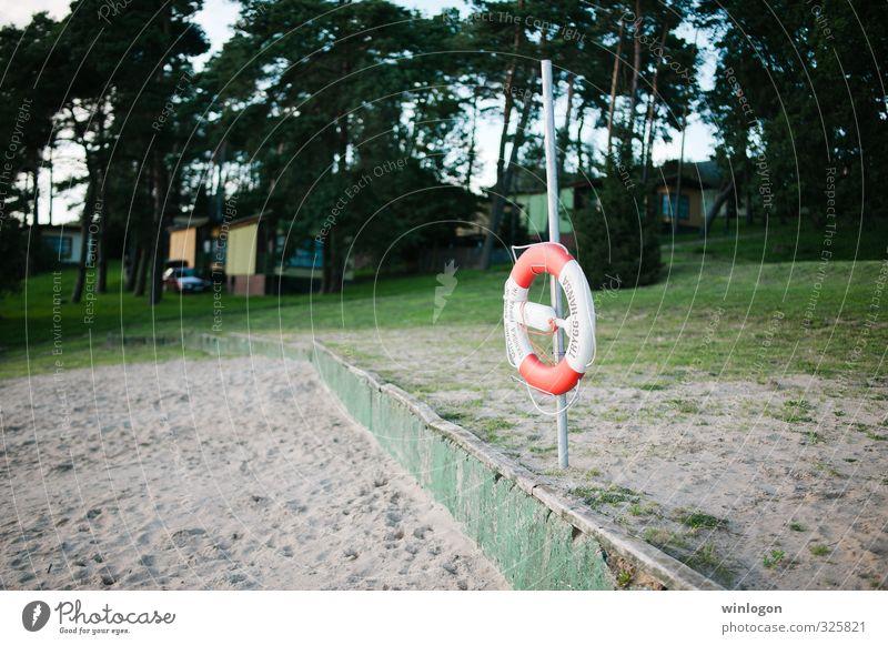 Rettungsring am Strand Ferien & Urlaub & Reisen grün weiß Sommer rot ruhig Leben Gras Freiheit Reisefotografie Schwimmen & Baden Sand Gesundheit Kreis rund