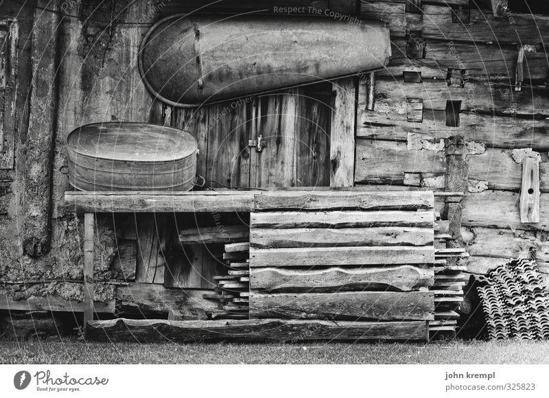 Krempl Erholung Einsamkeit Leben Senior Holz Fassade authentisch Armut trist Badewanne Vergänglichkeit Wandel & Veränderung retro Schutz historisch Frieden