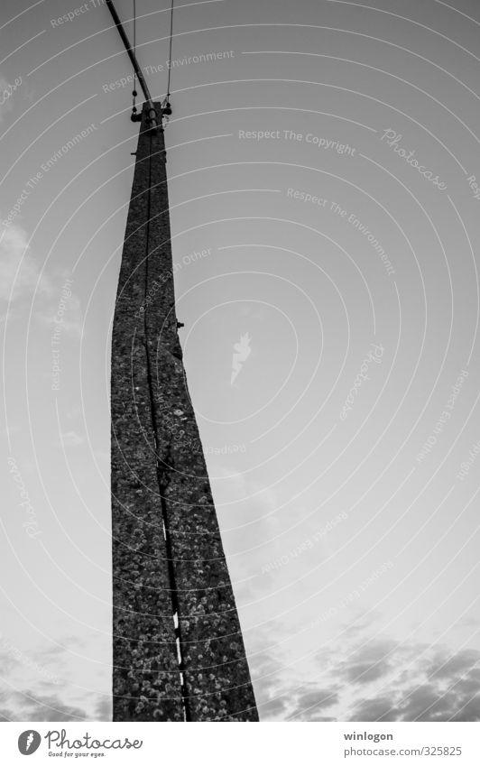 Freileitungsmast Himmel (Jenseits) weiß dunkel schwarz Arbeit & Erwerbstätigkeit Energiewirtschaft Technik & Technologie hoch groß Zukunft Telekommunikation Elektrizität bedrohlich Industrie Zeichen historisch