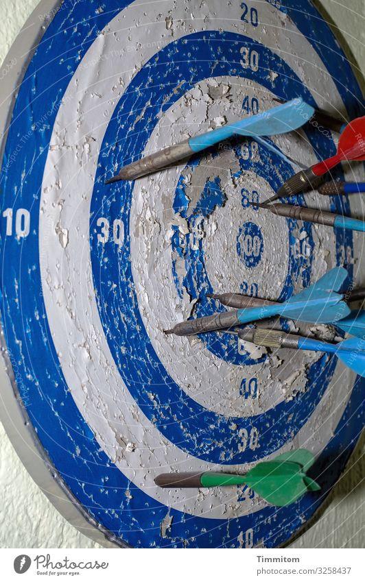 Aller Anfang (war schwer) Sport Darts Dartpfeil Dartscheibe Metall Kunststoff Ziffern & Zahlen Linie alt kaputt trashig blau rot weiß Gefühle Vergänglichkeit