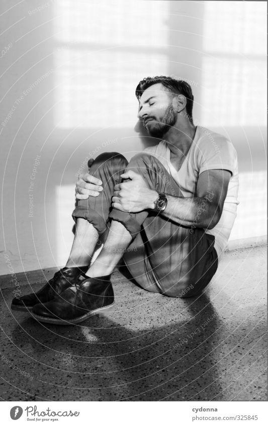 Einfach mal abschalten Mensch Jugendliche Einsamkeit Erholung ruhig Erwachsene Fenster Junger Mann Wand Gefühle 18-30 Jahre Traurigkeit Mauer Stil Gesundheit