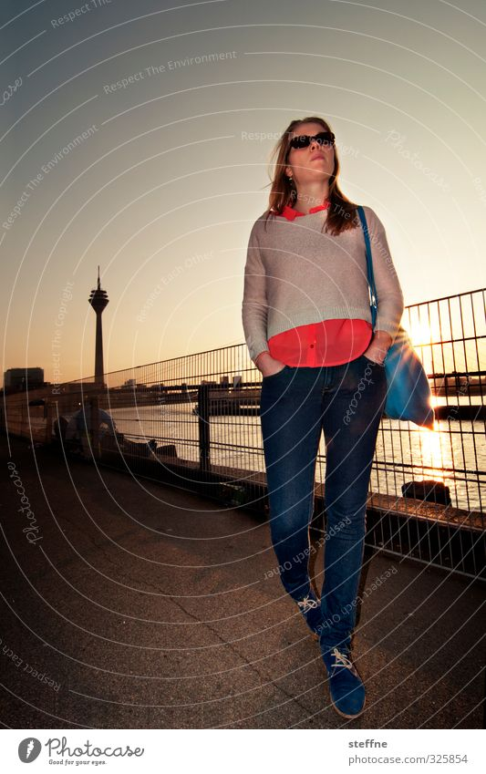 Geburtstagskind Junge Frau ästhetisch Spaziergang Romantik Düsseldorf Fernsehturm Rhein