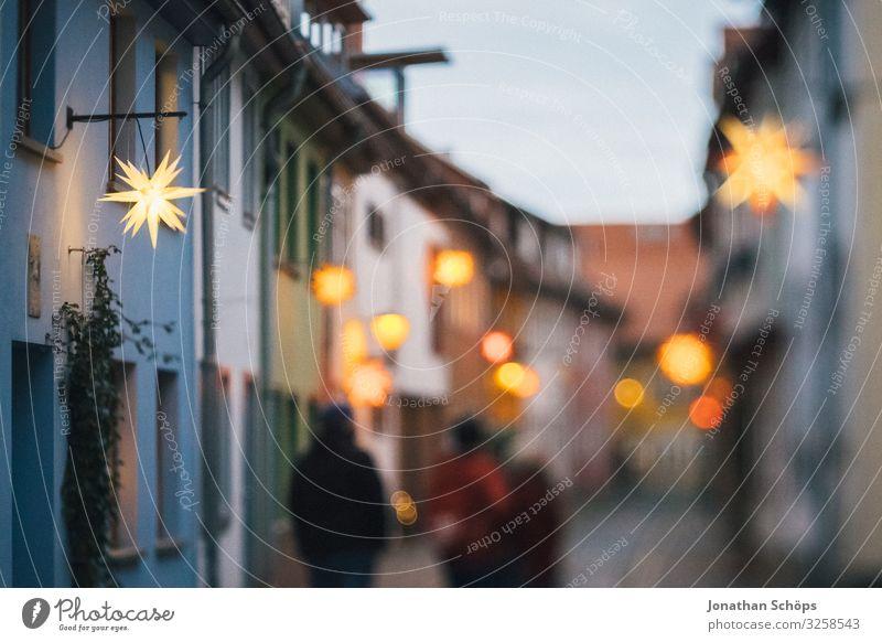 Gasse mit Weihnachtssternen in Erfurt Tourismus Haus Lampe Feste & Feiern Weihnachten & Advent Mensch Himmel laufen leuchten Vorfreude Warmherzigkeit friedlich