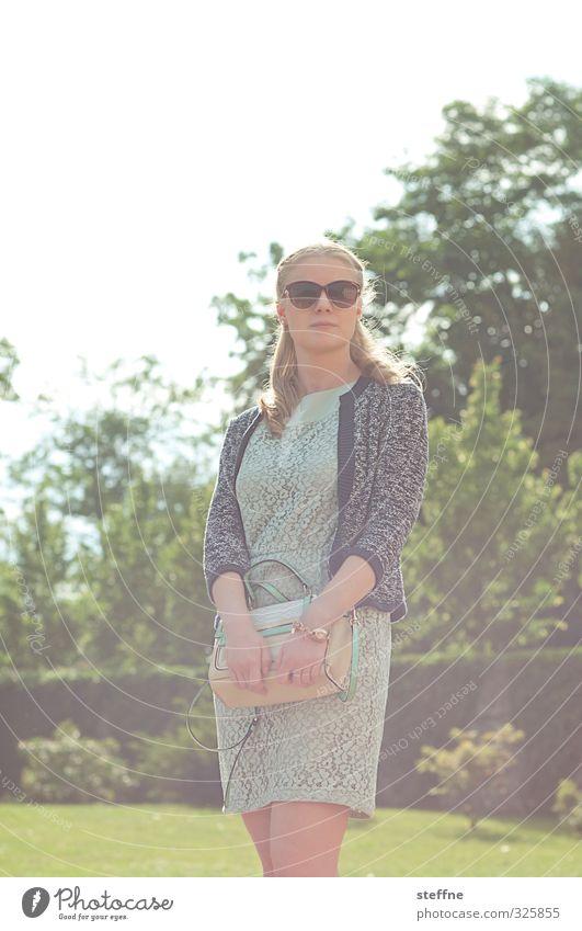 Gegenlichtmädchen feminin Junge Frau Jugendliche 1 Mensch 18-30 Jahre Erwachsene schön fein Kleid Sonnenbrille blond elegant Dame Farbfoto Textfreiraum oben