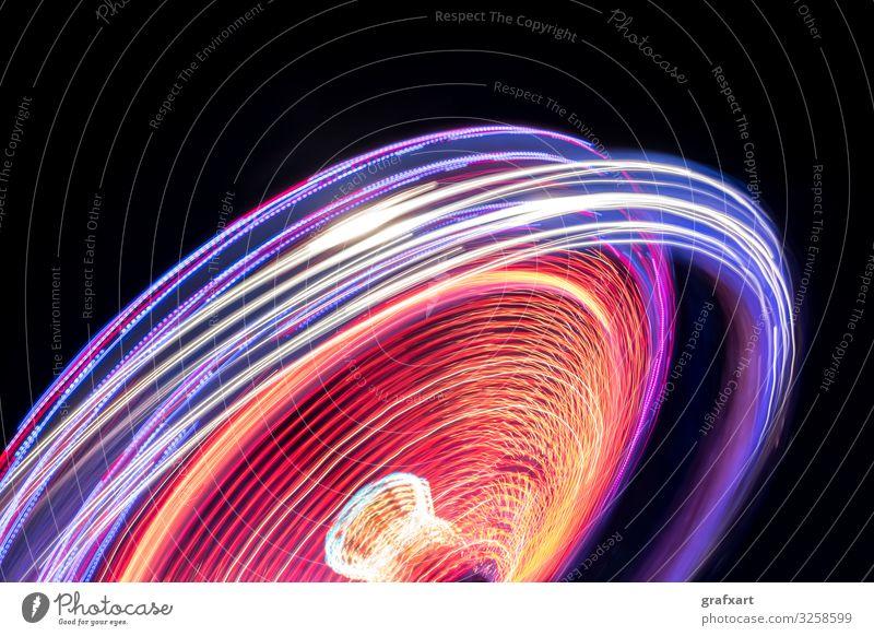 Buntes Karussell mit Lichtstreifen in der Nacht abstrakt aktion aktivität adrenalin vergnügungspark attraktion hintergrund leuchtspur verschwommen unschärfe