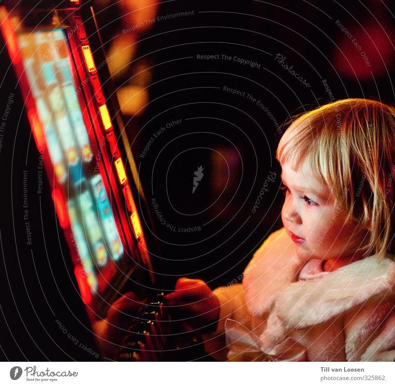 Novoline Kindererziehung Unterhaltungselektronik Mädchen 1 Mensch 3-8 Jahre Kindheit blond leuchten Spielen gelb rot schwarz Spielautomat Sucht Spielsucht