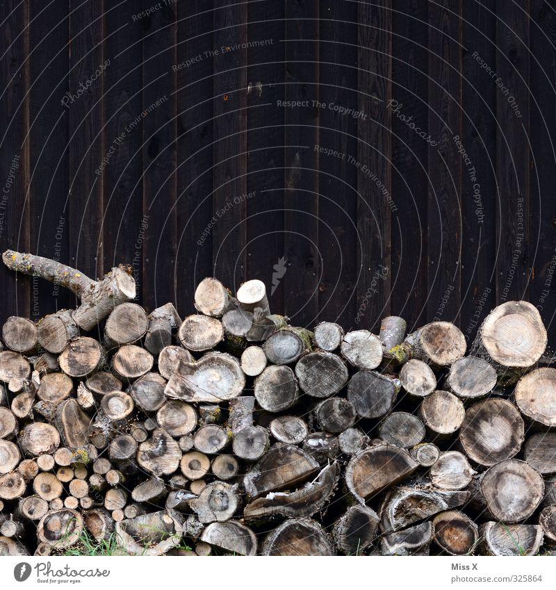 Holz vor der Hütte Häusliches Leben Wohnung Energiewirtschaft Erneuerbare Energie braun Vorrat Brennholz Brennstoff brennen Baumstamm Ast Farbfoto
