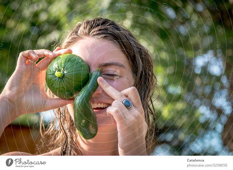 Gemüse im Gesicht, Gurkennase und Kürbisauge Nase junge Frau Spaß Quatsch ablern Freude Spaß machen Auge Sommer Lebensmittel Tag Tageslicht Grün Lachen
