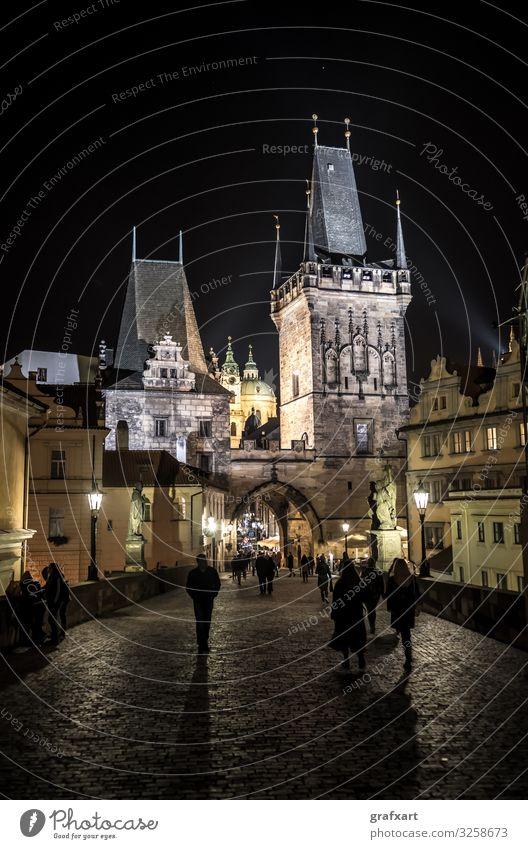 Karlsbrücke und Altstadt in der Nacht in Prag in Tschechien Architektur Gebäude Stadt Hradschin Licht Kleinseite Moldau Portal Brücke Schatten Straße