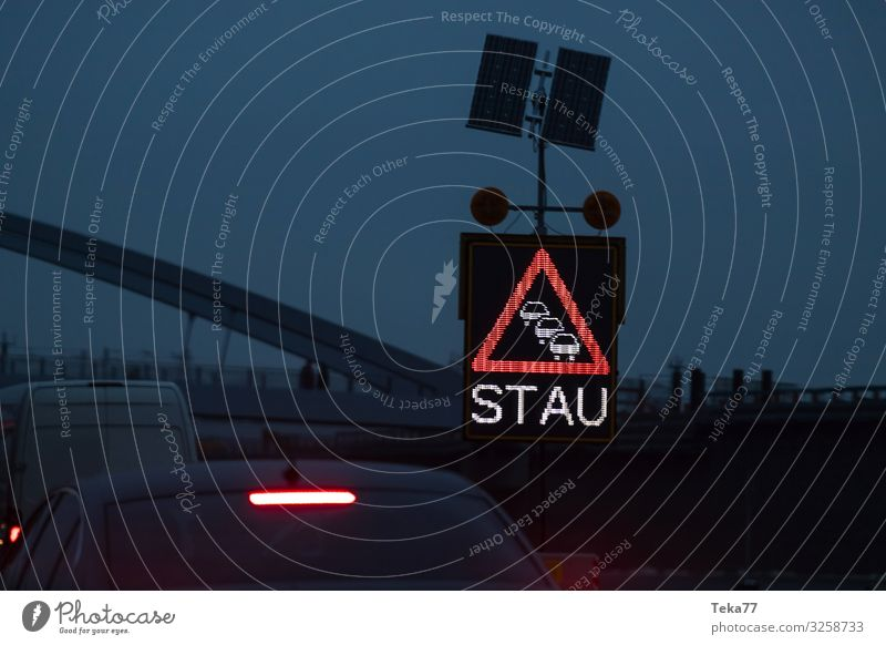 #Stau Verkehr Verkehrsmittel Verkehrswege Autofahren Verkehrsstau Verkehrsunfall ästhetisch Autobahn Farbfoto Außenaufnahme Dämmerung
