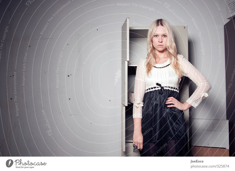 #325874 Stil Häusliches Leben Raum Studium Arbeit & Erwerbstätigkeit Büro Frau Erwachsene 1 Mensch 18-30 Jahre Jugendliche Mauer Wand Mode blond beobachten
