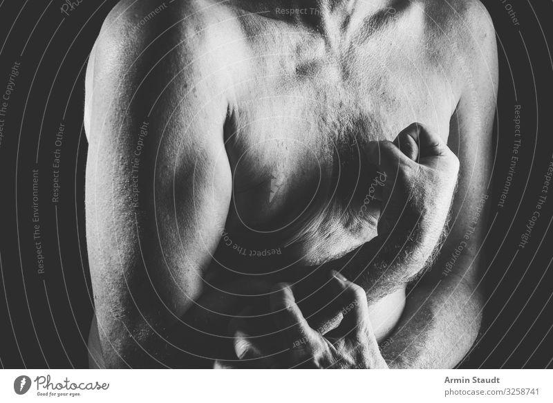 Mann zeigt Bizeps Lifestyle Stil Design Gesundheit Mensch maskulin Erwachsene Hand 45-60 Jahre nackt retro Gefühle skurril Männlicher Akt verkrampft