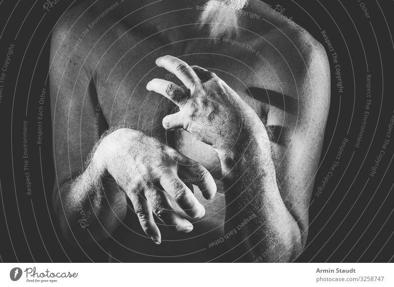 Zombie? Lifestyle Stil Design Gesundheit Rauschmittel Alkohol Medikament Mensch maskulin Mann Erwachsene Großvater Hand 1 45-60 Jahre außergewöhnlich bedrohlich