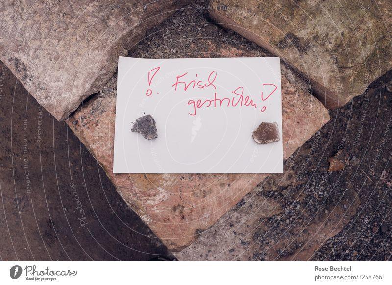 Frisch gestrichen rot Stein braun Hinweisschild berühren streichen Zettel Renovieren Warnschild