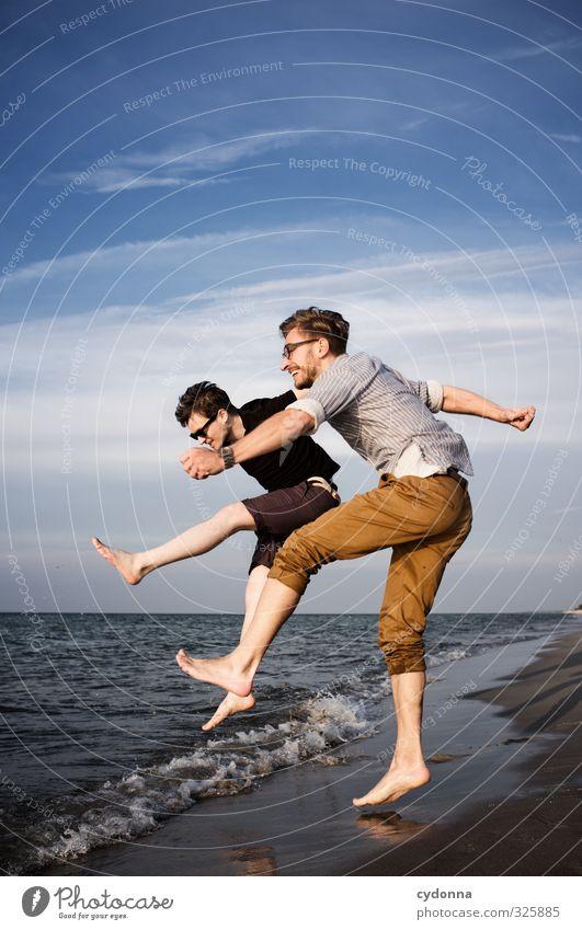 Auf geht's! Mensch Natur Jugendliche Ferien & Urlaub & Reisen Sommer Meer Freude Landschaft Strand Erwachsene Ferne Junger Mann Leben Bewegung 18-30 Jahre