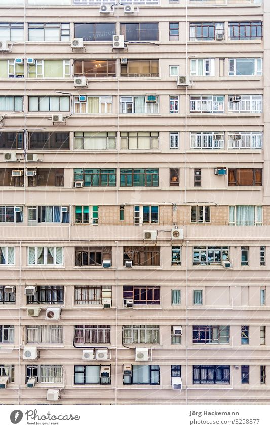 Fassade eines Mehrfamilienhauses in der Innenstadt von Kowloon mit kleinen Räumen Wohnung Hongkong Asien Hochhaus Architektur alt China Klimaanlage lebend eng
