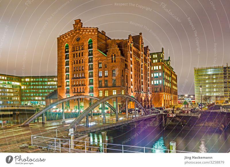 Speicherstadt bei Nacht in Hamburg schön Büro Landschaft Himmel Stadt Brücke Gebäude Architektur alt historisch blau Werbung Kanal Baustein Klinker Elbe
