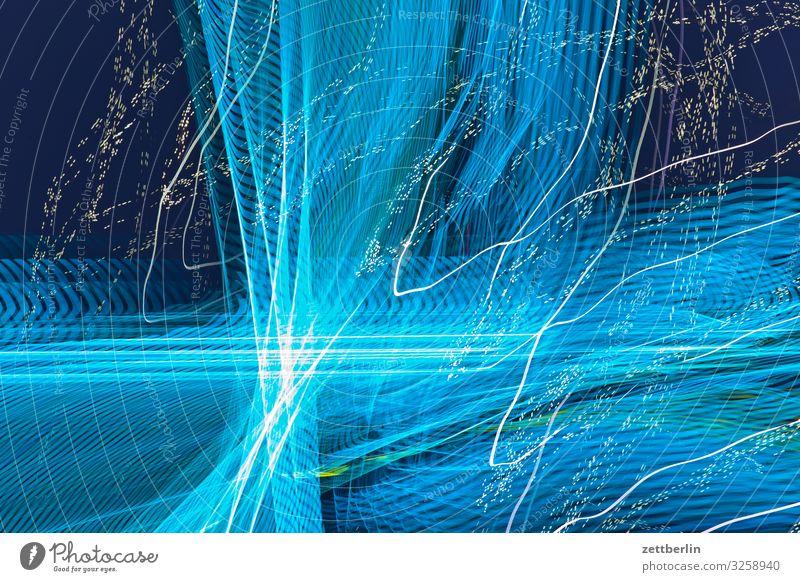Blaues Licht Abend Bewegung blinkern mehrfarbig Dynamik Phantasie Fantasygeschichte glänzend Kunst Lichtspiel Lichtschreiben Lichtmalerei Lightshow Linie