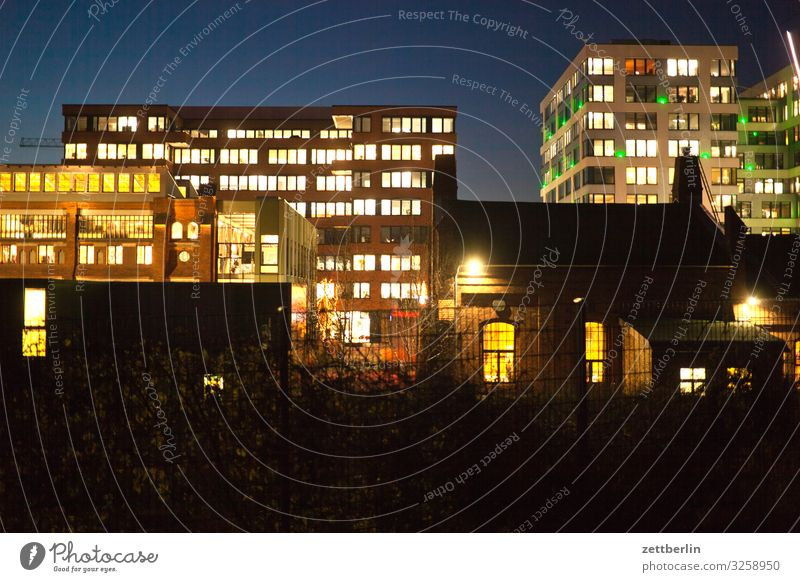 Nacht in der Stadt Abend mehrfarbig Fassade Fenster Haus Himmel Himmel (Jenseits) Stadtzentrum Licht Lichtspiel Mehrfamilienhaus Menschenleer Stadthaus