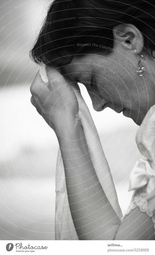 Frau hält verzweifelt die Hand an die Stirn - welches Standesamt war das nur? Gefühle Profil geschlossene Augen Desaster demütig Verzweiflung Schmerz