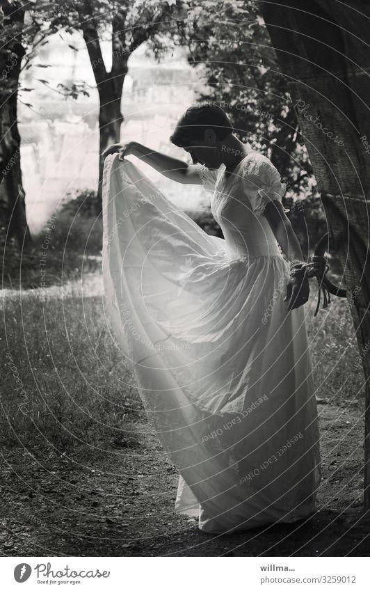 gebunden, um sich frei zu fühlen Frau schön Erotik Erwachsene feminin Freiheit ästhetisch einzigartig Seil Hoffnung Kleid gefangen Respekt Braut kurzhaarig