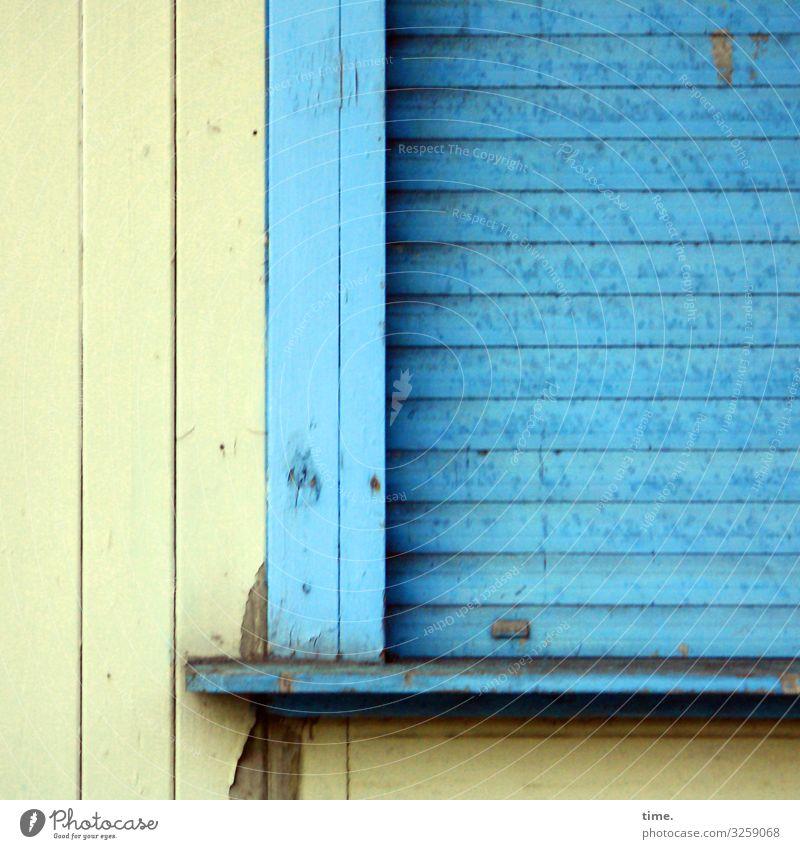 Dichtung & Wahrheit holz holzfassade rollo kiosk geschlossen verschlossen dicht zu blau gelb Büdchen trashig alt abblättern lack flecken fleckig brett ablage