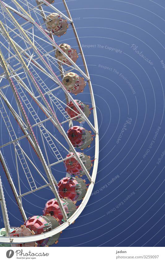 schwung holen. Freude Freizeit & Hobby Party Jahrmarkt Unternehmen Schönes Wetter Fluggerät festhalten Blick rund Perspektive Riesenrad Himmel himmelblau