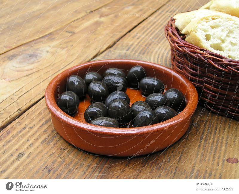 Olive an Brot Ernährung kalt Tisch Oliven rustikal Vegetarische Ernährung Baguette Vorspeise Tapa