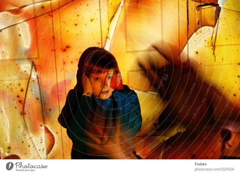 verfolgt. Mensch Kind Gesicht gelb Traurigkeit Junge träumen Angst maskulin Kindheit bedrohlich Schutz Krankheit 8-13 Jahre gruselig verstecken