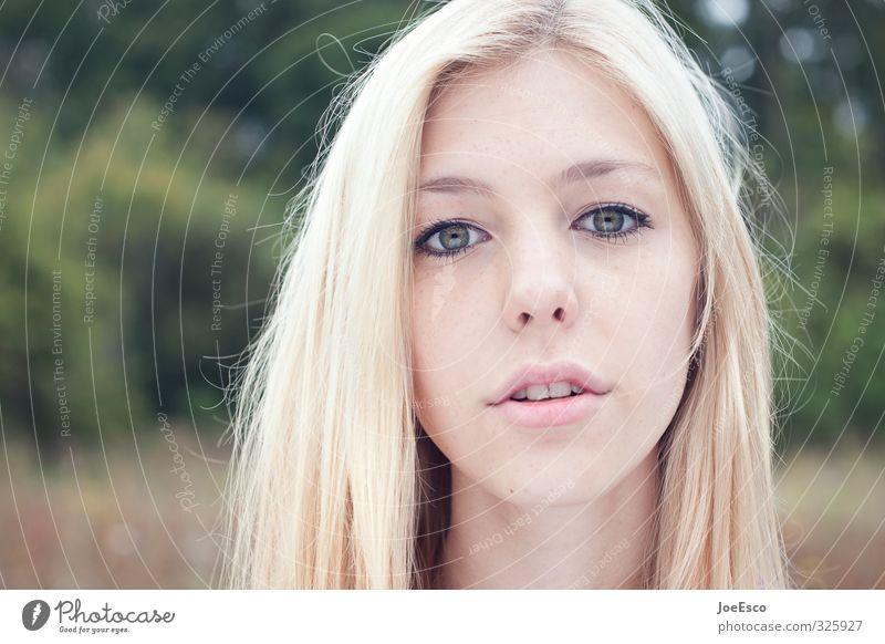 #325927 Lifestyle Junge Frau Jugendliche Erwachsene Leben Gesicht 1 Mensch Natur Feld Wald blond beobachten Blick träumen Freundlichkeit Fröhlichkeit trendy
