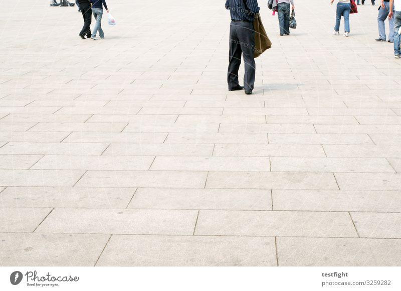 sowas kommt von sowas Mensch Menschengruppe Menschenmenge Platz Bewegung laufen gehen Beine Stadtplatz weitläufig Außenaufnahme Textfreiraum unten Licht