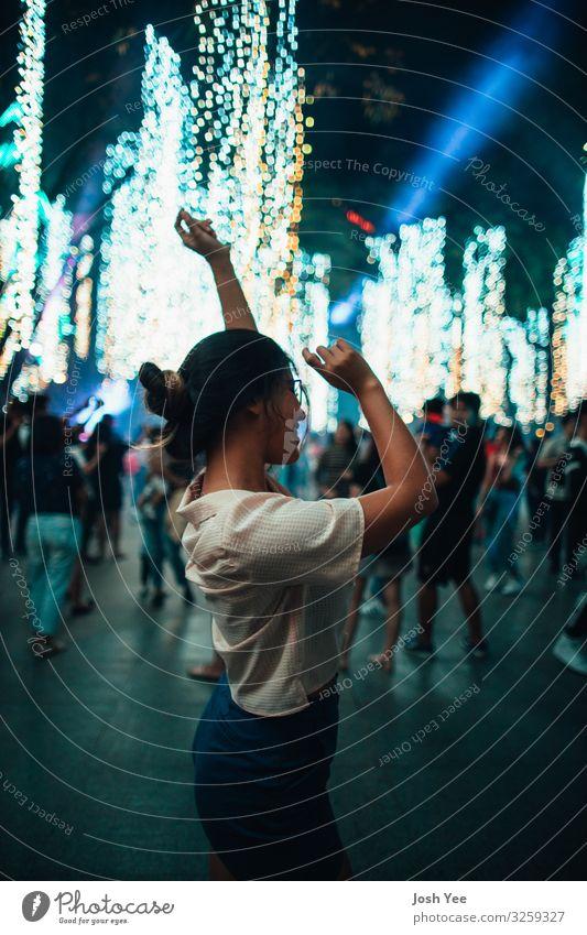 tanzen Mensch feminin Körper 1 Stadt Stadtzentrum trendy schön einzigartig blau Stimmung Macht Tatkraft Farbfoto mehrfarbig Außenaufnahme Nacht Licht Unschärfe