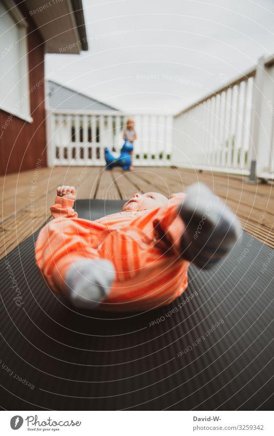 Kinder auf dem Balkon Kindererziehung beschäftigung Baby Kleinkind Matten Isomatte liegen aufsichtspflicht Verantwortung Spielen draußen eingesperrt Quarantäne