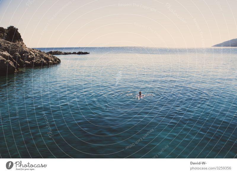 Mann schwimmt im Meer Schwimmen & Baden Ozean Ferien & Urlaub & Reisen blau Sommer Farbfoto Wasser Küste Erholung Ferne alleine Mittelpunkt Sommerurlaub