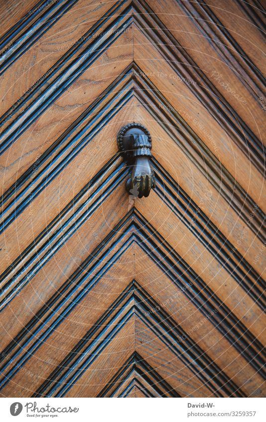 Tür Hand Türklopfer anklopfen Kreativität klingeln eintreten Haustür rustikal kreativ witzig Metall Menschenleer Nahaufnahme alt Detailaufnahme Farbfoto Holztür