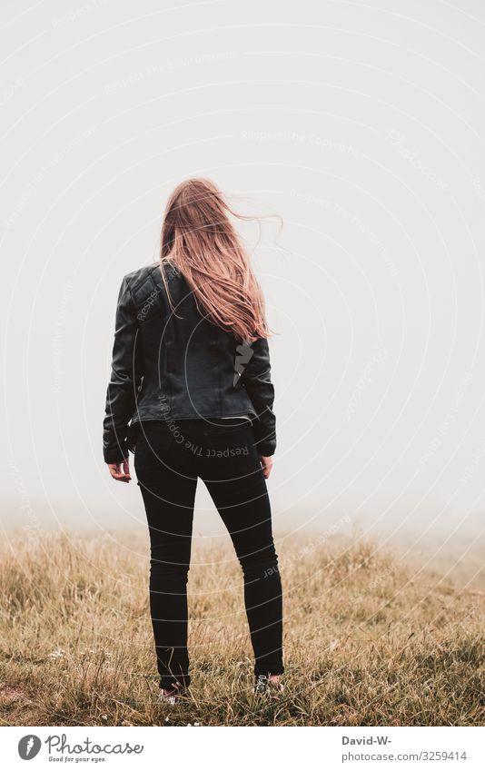 weitsichtig   und hier einmal das komplette Gegenteil Frau Mensch Natur Jugendliche Junge Frau Landschaft Einsamkeit ruhig 18-30 Jahre Erwachsene Leben Herbst