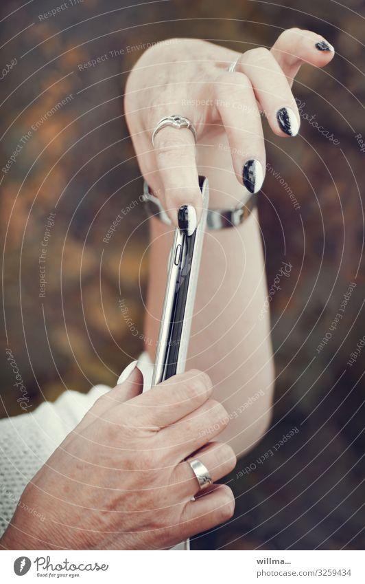 Manikürte Hände mit Smartphone PDA Handy Nagellack Technik & Technologie Telekommunikation Informationstechnologie Internet feminin Frau Erwachsene Fingernagel